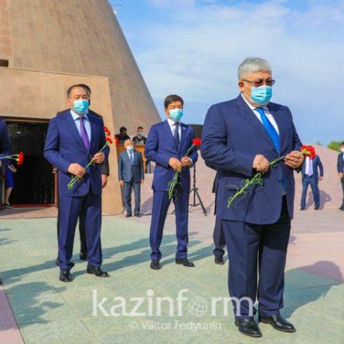 Қырымбек Көшербаев бастаған мемкомиссия мүшелері АЛЖИР-де саяси қуғын-сүргін құрбандарын еске алды